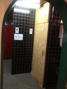 女子トイレ仮設養生ドア.JPG